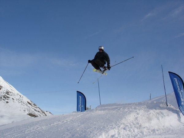 ski sur un snowpark